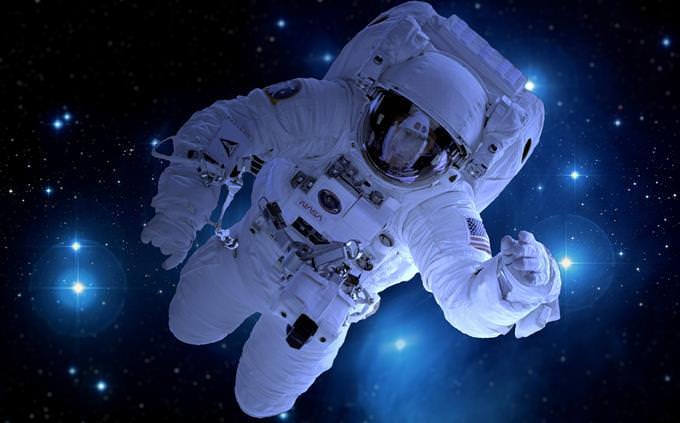 אסטרונאוט בתוך חליפת חלל מרחף בחלל