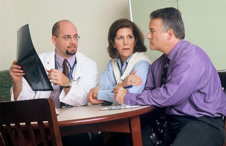 רופא מראה לזוג תוצאות של צילום רנטגן