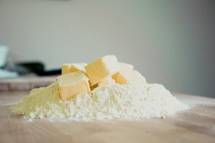 קוביות חמאה על גבעת קמח