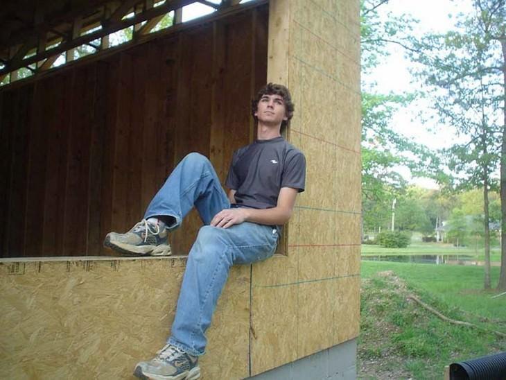 בנה של קארה ברוקינס יושב על אדן חלון בבנייה