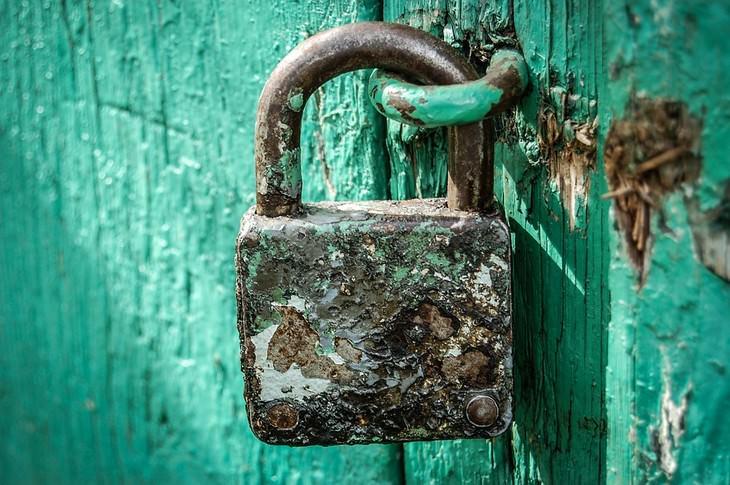 שיטות להסרת חלודה בעזרת מוצרים שיש בכל בית: מנעול חלוד על דלת עץ