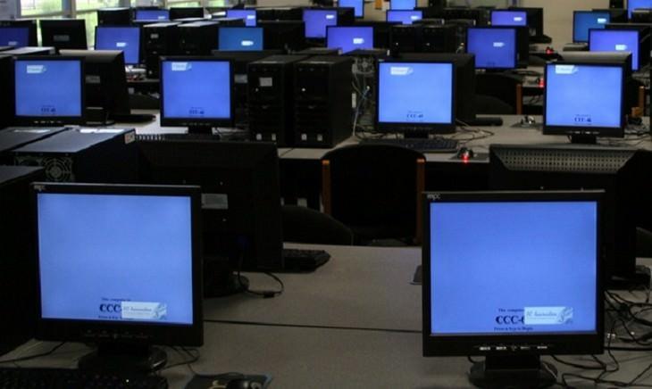 מחשבים רבים מונחים על שולחנות