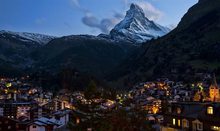 העיירה צמרט וממנה נשקף הר בעל פסגה מחודדת