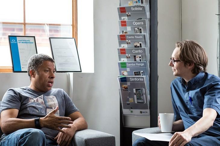 אדם מדבר תוך שגבר אחר מקשיב לו