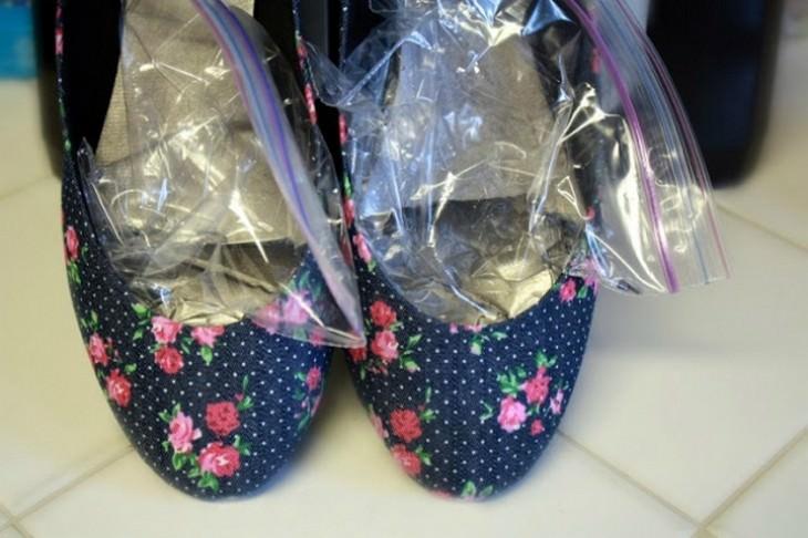 טיפים לשירה על בגדים: שקיות אטומות מלאות במים בתוך נעלי בובה פרחוניות