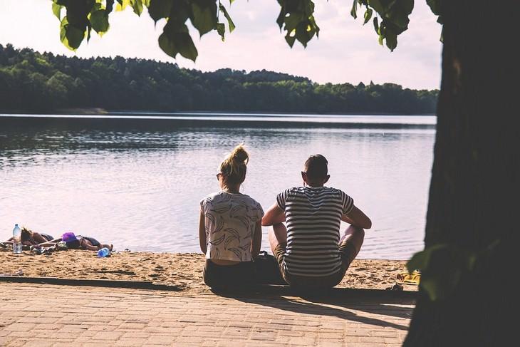 זוג יושב מול אגם