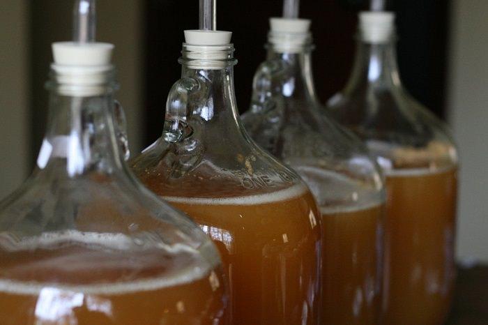 שימושים מפתיעים לחומץ תפוחים: בקבוקי חומץ תפוחי עץ