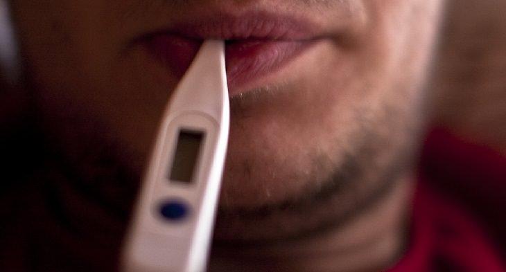 מתכון למשקה בריאות גזר-ג'ינג'ר-לימון: מדחום בתוך פיו של אדם