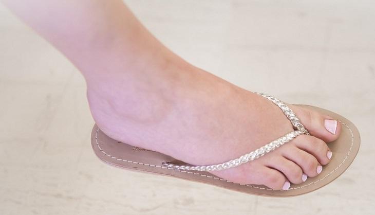 רגל של אישה עם ציפורניים מטופחות