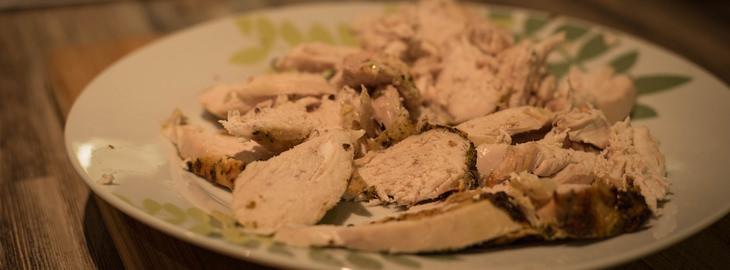 מאכלים שמותר לתת לכלבים או לחתולים: בשר עוף חתוך על צלחת