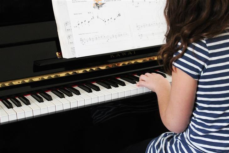 יתרונות לימוד נגינה לילדים: ילדה מנגנת על פסנתר