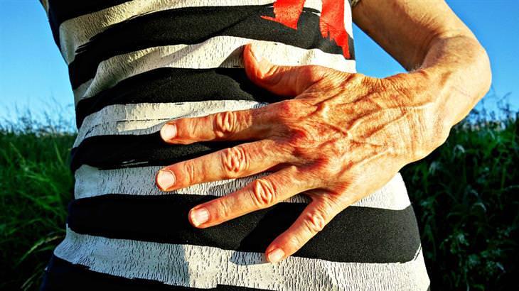 טיפול בהליקובקטר פילורי: יד של אישה על הבטן שלה