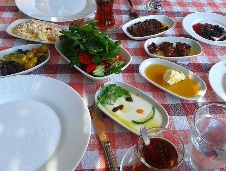 שולחן עם מנות טורקיות עליו