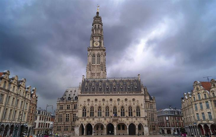 מגדל השעון של העיירה אראס