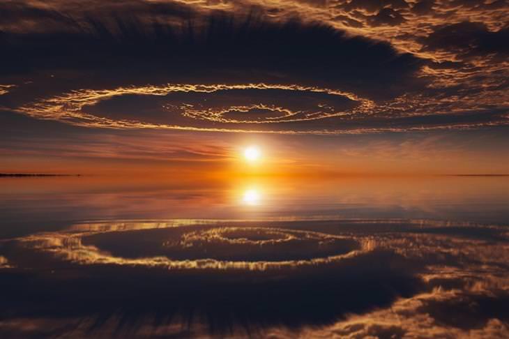 """השמים משתקפים על פני המים ויוצרים """"חור תולעת"""" מדהים ביופיו"""