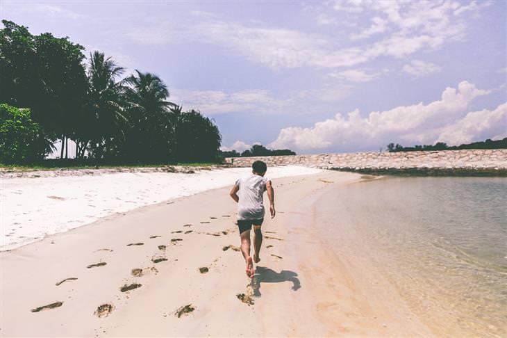 איש רץ בחוף הים
