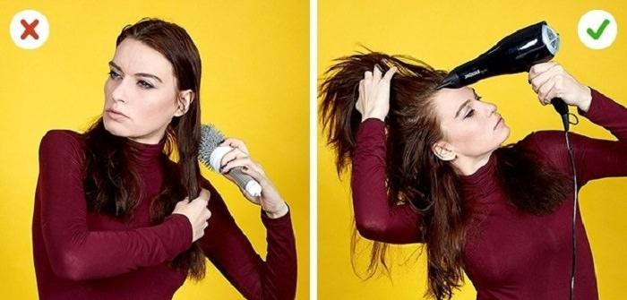 אישה מסתרקת ומייבשת את השיער עם מייבש