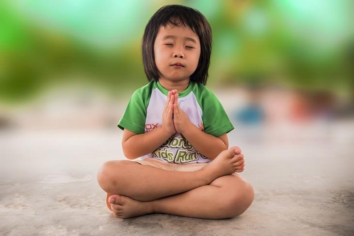 איך לגרום לילדים להקשיב להורים: ילד יושב תנוחת מדיטציה