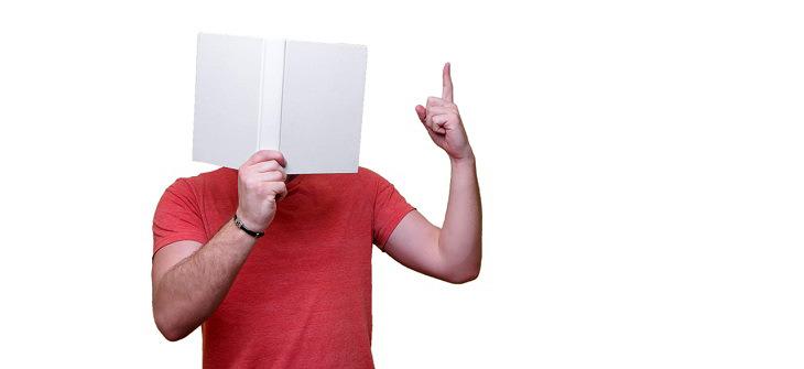 שיטות לשיפור הזכרון: אדם קורא ספר ומניף את אצבעו למעלה
