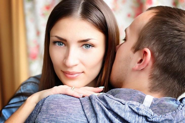 לגרום לבן הזוג לאהוב אותנו: גבר ואישה מחובקים - האישה עם מבט למצלמה, הגבר עם הגב למצלמה