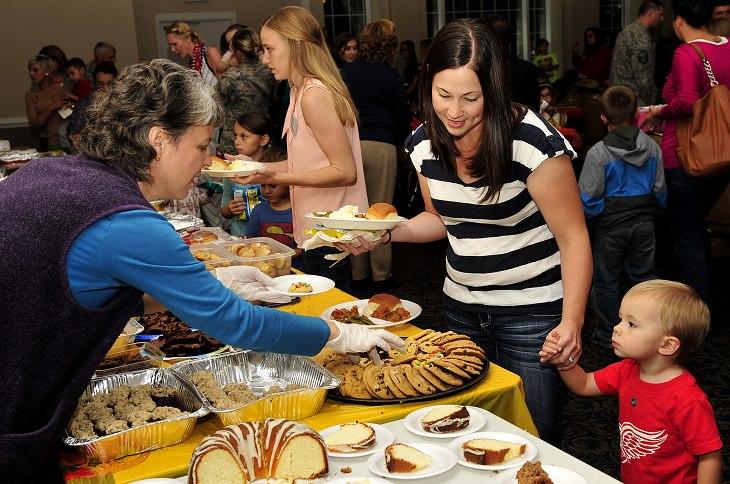 כיצד למנוע השמנת יתר אצל ילדים: אם וילדה בדוכן מזון