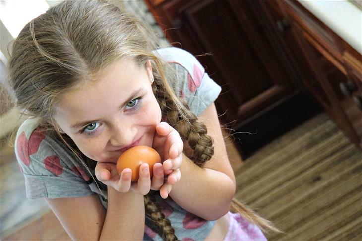 עצות לגידול וחינוך ילדים מפי מומחים להורות: ילדה מחזיקה ביצה