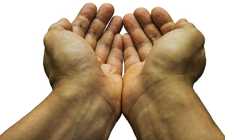 עצות לגידול וחינוך ילדים מפי מומחים להורות: ידיים בתנוחה שמחכה לקבלת דבר מה