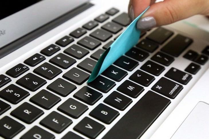 שיטות לניקוי חריצים אזורים שקשה להגיע אליהם: ניקוי של מקלדת עם דף נייר