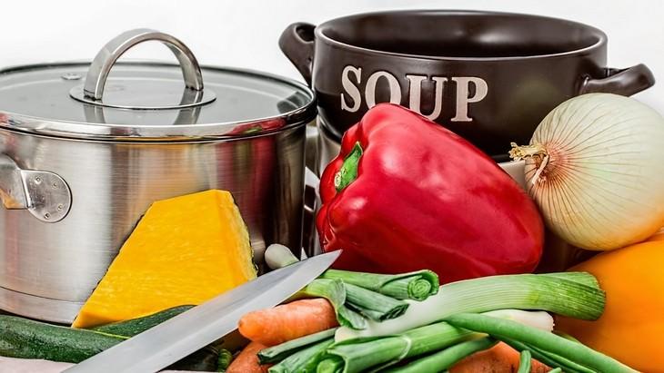מתכונים למרקים עבור בעיות בריאות: סירים עם ירקות וסכין מונחים מולם