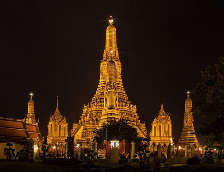 אתרים מומלצים בבנגקוק: מקדש ואט ארון מואר בלילה