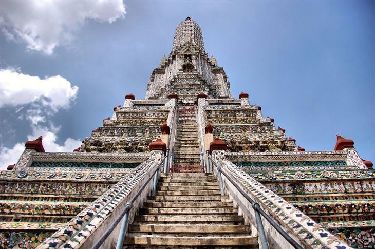 אתרים מומלצים בבנגקוק: צילום מלמטה של מקדש ואט ארון
