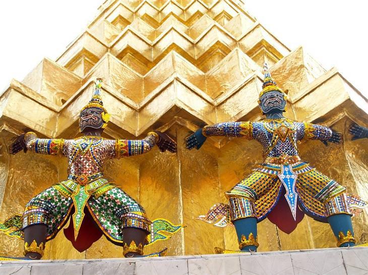 אתרים מומלצים בבנגקוק: פסלים בארמון מלך תאילנד