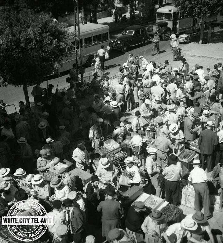"""תמונות ישנות של תל אביב: שוק ארבעת המינים מול רחבת בית הכנסת הגדול הומה אנשים שבאו לקנות מצרכים לביתם- צילום ד""""ר יעקב רוזנר"""