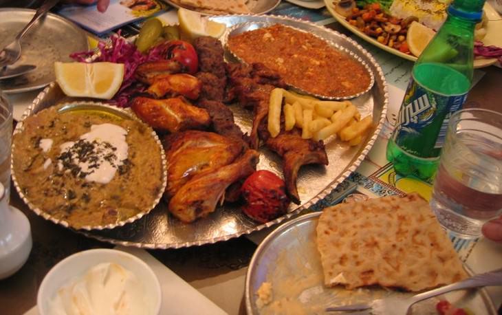 מתכונים מהמטבח הפרסי: שולחן עם ארוחה פרסית מסורתית