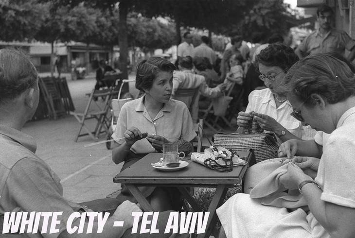 """תמונות ישנות של תל אביב: קפה """"רוול"""" הנודע ברחוב דיזנגוף משמש כאתר לחברות שנפגשו כדי ללגום קפה ולסרוג יחדיו- צילום פריץ כהן, לע""""מ"""