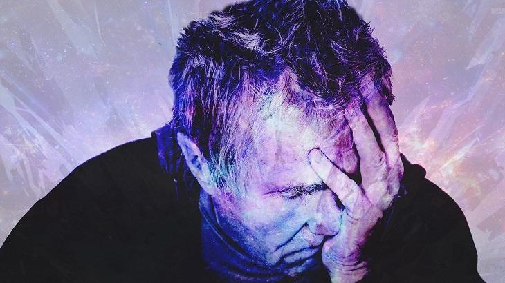 8 תסמינים של בעיות בכבד: אדם מבוגר תופס את פניו