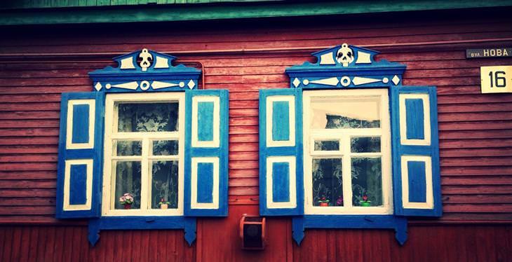 בדיחת הכלה היצרתית: חלונות עם מסגרות צבועות