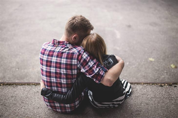 תיאוריות פסיכולוגיות שישנו לכם את החיים: גבר מחבק אישה, שניהם עם גבם למצלמה