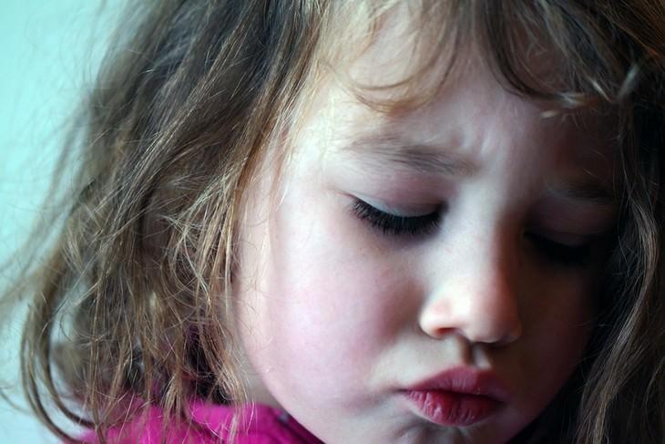טיפים להתמודדות עם רגרסיה של ילדים: ילדה עם מבט עצוב