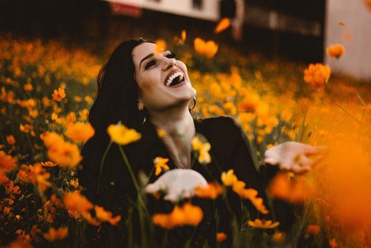 אמיתות על החיים: אישה מחוייכת בשדה פרחים