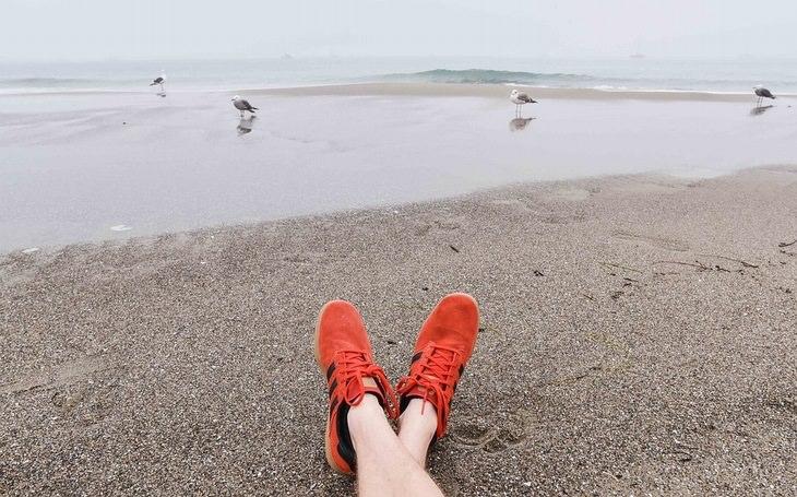 אמיתות על החיים: רגלי גבר שוכב על שפת ים