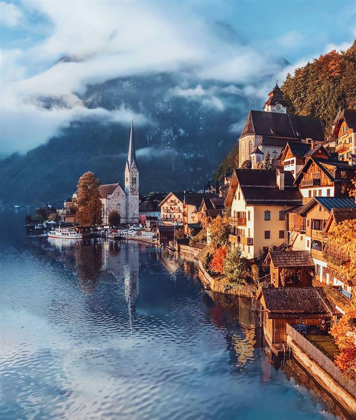 סתיו ברחבי העולם: אוסטריה - בתים ועצים עם שלכת לצד אגם