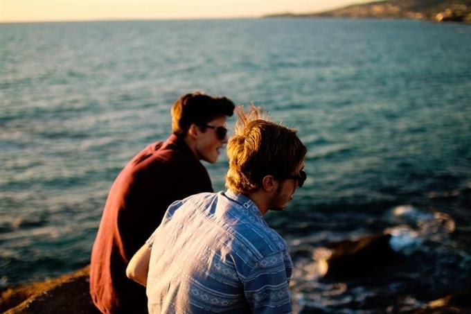 בחן את עצמך - איזה סוג חבר אתה: שני בחורים יושבים ליד שפת הים