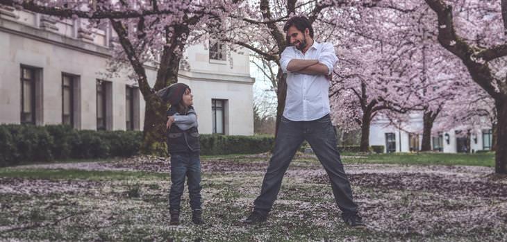 טיפים לשיפור תהנהגות הילדים: אבא ובן עומדים אחד ליד השני עם ידיים שלובות