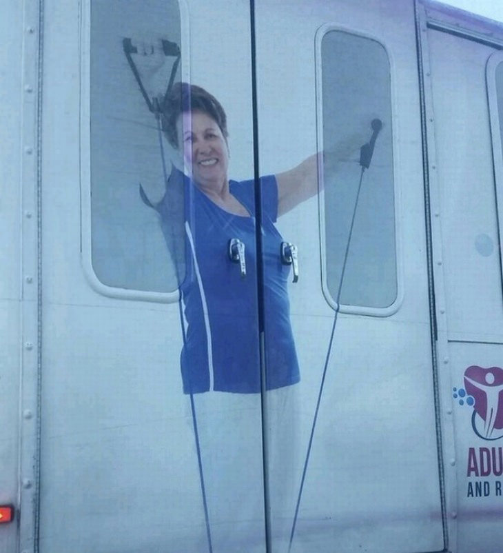 תמונות משעשעות שצריך להסתכל עליהן פעמיים: פרסומת על חלק אחורי של רכב מסחרי, בה יש אישה ובאזור החזה שלה ידיות לפתיחת דלתות