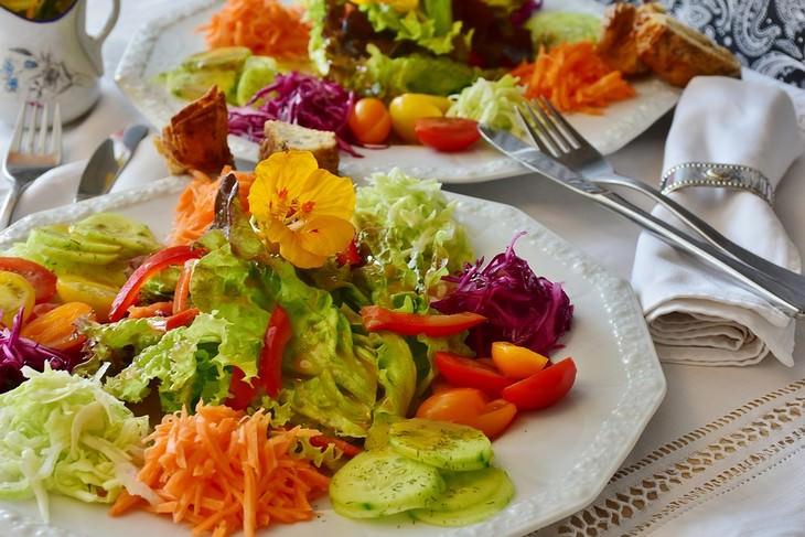 """טיפים למטבח: צלחת עם סלט ירקות וסכו""""ם לצידה"""