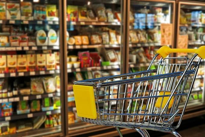 גלה איזה מהאושפיזין אתה: עגלת סופרמרקט על רקע מקררי מצרכים
