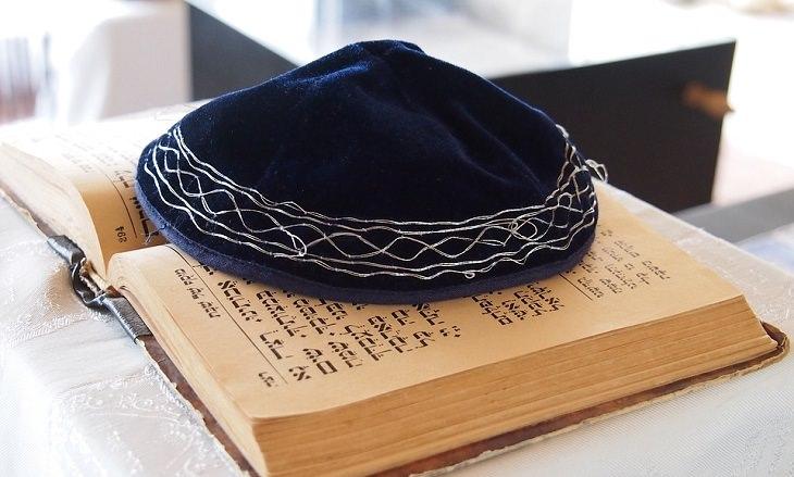 """ציטוטי הרמב""""ם: כיפה מונחת על ספר תפילה"""