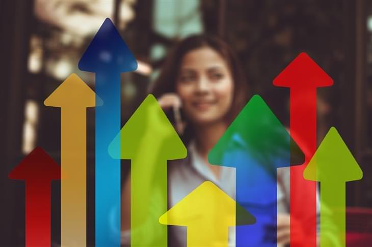 7 שלבי ההתפתחות האישית: אישה שמולה יש חצים שעולים כלפי מעלה
