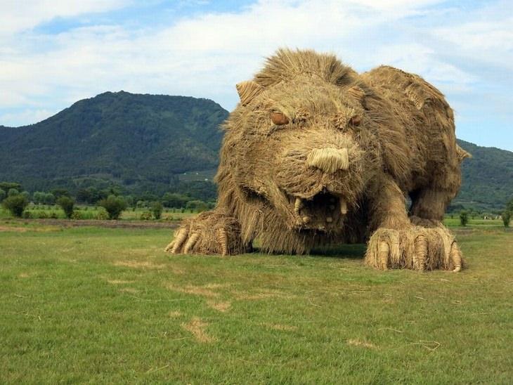 פסטיבל ווארה, יפן , לפסלי חיות העשויים מגבעולי קש אורז: פסל אריה